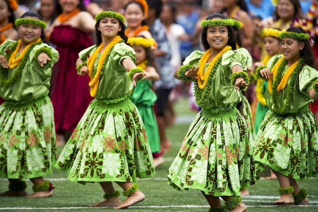 Popular Ukulele Songs on www.basicukulele.com Hawaiian dancers